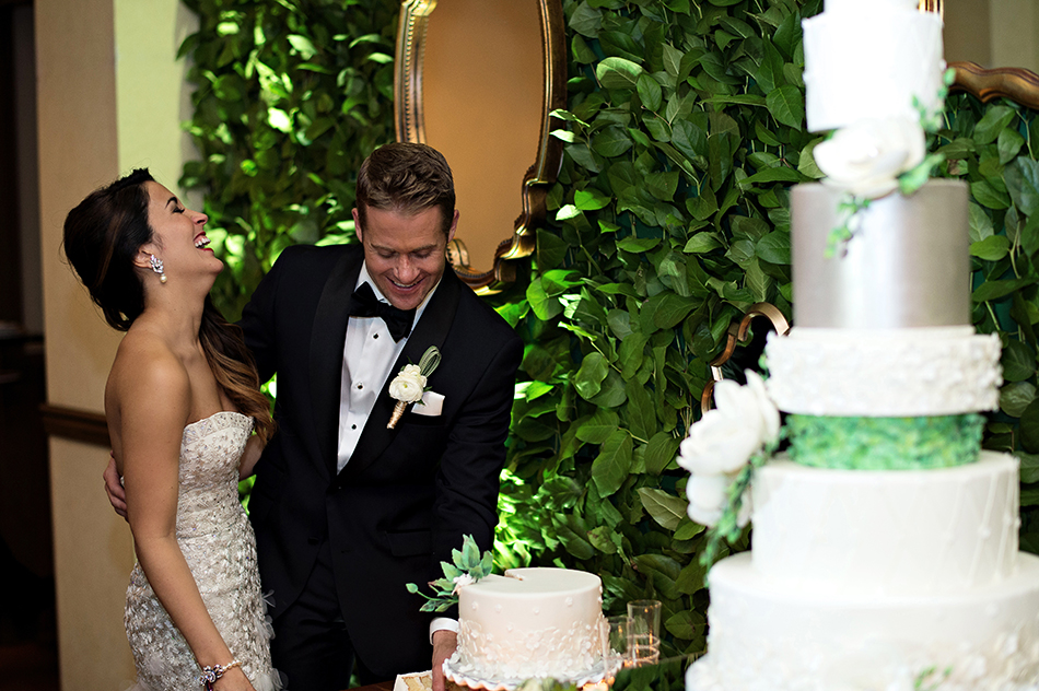 wedding cut the cake
