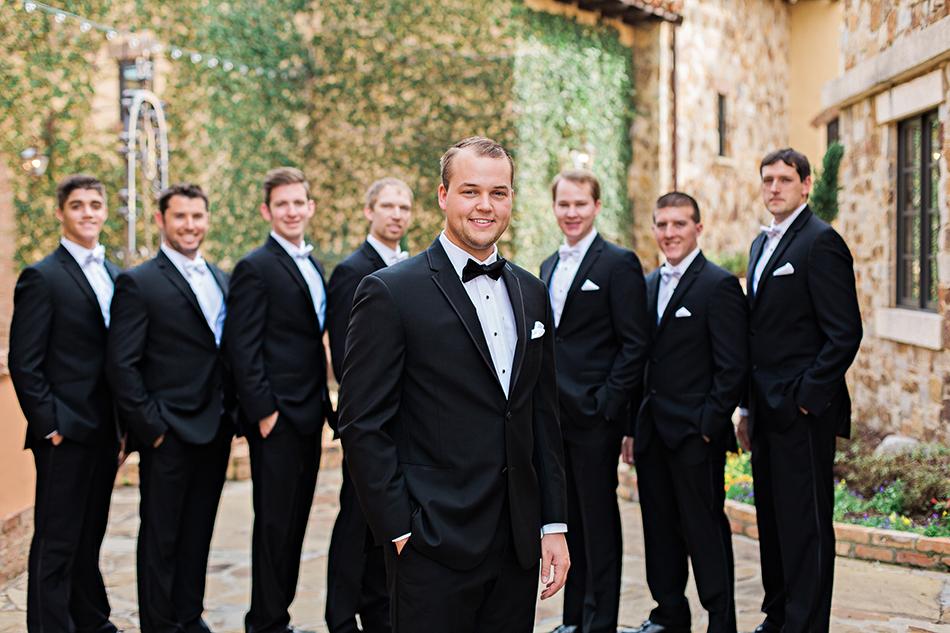 groomsmen pose idea